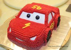 Lightning McQueen Cake w instructions Lightning Mcqueen Party, Lightning Mcqueen Birthday Cake, Lightening Mcqueen, Pastel Cars Betun, Gateau Flash Mcqueen, Car Shaped Cake, Fondant Flower Cake, Fondant Bow, Fondant Tutorial