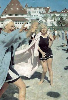 "Hotel Del Coronado is where ""Some Like It Hot"" was filmed staring Marilyn Monroe, Jack Lemmon & Tony Curtis. Some Like It Hot, Vintage Hollywood, Classic Hollywood, San Diego, Coronado Island, Jack Lemmon, Hotel Del Coronado, Marilyn Monroe Photos, Marylin Monroe"