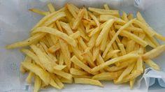 Primeiro você precisa descascar as batatas e cortá-las em pedaços pequenos de 1 cm de espessura. Então você vai bater as claras até formar uma espuma, em