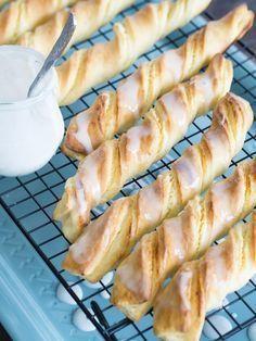 Pyszne paluchy drożdżowe z twarogiem to klasyk wśród drożdżowych wypieków. Często można kupić je w cukierniach, jednak zazwyczaj ciasta jest w nich za dużo, a twarogu za mało. Dlatego w moim przepisie równoważę proporcje i w delikatnym cieście zamykam dość sporą ilość słodkiej serowej masy. Polecam. :) Healthy Breakfast Smoothies, Breakfast Menu, Sweet Pastries, Bread And Pastries, Cookie Desserts, Dessert Recipes, Cake Recipes, Delicious Desserts, Yummy Food