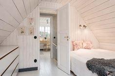 Keltainen talo rannalla: Kolme valkoista kotia