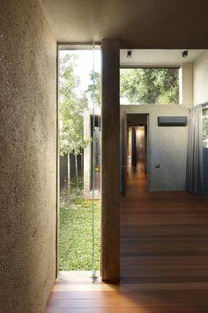 ide til vindue ved siden af dør som kan gentages oppe.   Lucky Shophouse / CHANG Architects