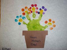 Om mama (of iemand anders) in de bloemetjes te zetten: maak een afdruk van je hand (= steel en takjes) en je vingers (=bloemetjes) op een kaart en schrijf er een persoonlijke boodschap op.