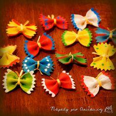 Vyrábění vhodné na jaro nebo léto. Motýlky z těstovin pomalujeme temperami. Mladší děti zvládnou jednobarevně, starší (nebo rodiče :) ) zvládnout i ozdobit proužky či puntíky. Motýlkům přes tělíčko převážeme provázek, lýko nebo bavlnku (já použila umělé lýko) a necháme konce trčet jako tykadla. Z motýlků můžeme vyrobit obrázek (přilepit na papír) nebo je pověsit na jarní větvičky ve váze.