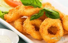 Restaurantlarda yediğiniz gibi içi yumuşacık kalamar pişirmenin püf noktası öncesinde marine sosu hazırlayıp terbiye etmektir. Basit olan bu sosu pek kimse bilmez.