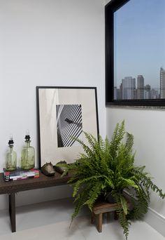 NR Arquitetura - Paul Cézanne Apartamento Sala Living Buffet Adress Jader Almeida Tecido Chevron Missoni Cristaleira Antiga Antiquário Pendente Lustre Papel de Parede Listrado Bege Branco Fendi Madeira