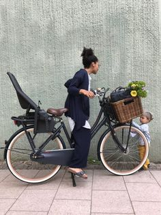Learning to ride a bike is no big deal. Learning the best ways to keep your bike from breaking down can be just as simple. Retro Bicycle, Bicycle Girl, Velo Cargo, Bike Illustration, Bmw Autos, Bike Photography, Urban Bike, Cycle Chic, Bicycle Maintenance