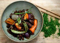 Carne em tirinhas com legumes.