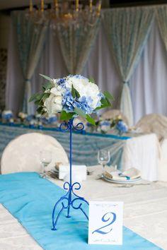 Синяя свадьба в кружевах в ресторане Мираж парк от Девина дизайн #devinadesign #natadevina #натадевина #девинадизайн декор гостевых столов стойками с цветами в синем цвете