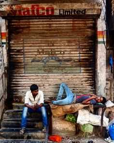 Young labours catching a break near Crawford Market #Bombay #mumbai #india #incredibleindia #MumbaiMeriJaan. Atulya Bharat !!
