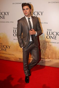 Zac Efron looking good,as always, in the red carpet for The Lucky One showing.  #celebrities #redcarpet #fashion