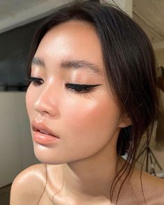 Natural and polished. Glowing natural makeup inspiration ideas looks. Hair and makeup inspiration ideas. up eyeliner Best Gel Eyeliner, Perfect Winged Eyeliner, Winged Liner, Eyeliner Hacks, Eyeliner Styles, How To Eyeliner, Natural Eyeliner, Eyeliner Brush, Eye Liner