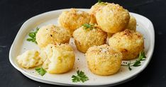 Cauliflower Cheese Muffin-Pan Balls – The perfect finger food to match your Friday night drinks. Savory Muffins, Cheese Muffins, Corned Beef, Mozzarella, Just Pies, Vegetarian Snacks, Healthy Snacks Savory, Savoury Finger Food, Healthy Finger Foods