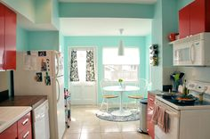 House of Turquoise: Cheery Turquoise and Red Kitchen no We Heart It / marcador visual Colorful Kitchen Decor, Red Kitchen Decor, Teal Kitchen, Turquoise Kitchen, Cute Kitchen, Kitchen Colors, Vintage Kitchen, Happy Kitchen, Kitchen Ideas