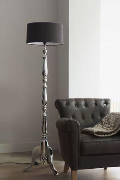 verlichting landelijk, lamp bij stoel voor grijze muur