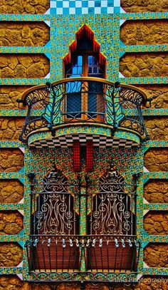 Parte de la fachada de Casa Vicens construido para Manuel Vicens entre 1883 - 1889 en Barcelona.  Sigue siendo una residencia privada hasta hoy entonces no se puede visitar el interior.