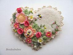 Stunning beaded felt heart with felt flowers. Felt Embroidery, Felt Applique, Fabric Crafts, Sewing Crafts, Felt Decorations, Felt Brooch, Brooch Pin, Felt Fabric, Felt Hearts