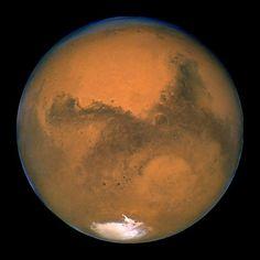 O planeta Marte passou a uma distância de 120,7 milhões de quilômetros da Terra na noite de segunda-feira, a mais curta em mais de uma década, informou a Nasa.