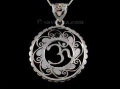 Beau pendentif tibétain en argent massif, sur lequel est représenté le symbole Om. ----------------------------------------------- Beautiful hand-made silver pendant with Om carved in the middle. www.savdana.com