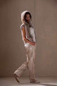 Guarda la sfilata di moda Brunello Cucinelli a Milano e scopri la collezione di abiti e accessori per la stagione Collezioni Primavera Estate 2015.