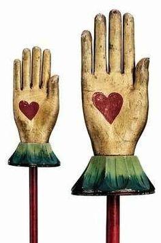 hands wood Maison Fabre mains en bois avec cœur dans la main  maisonfabre.com