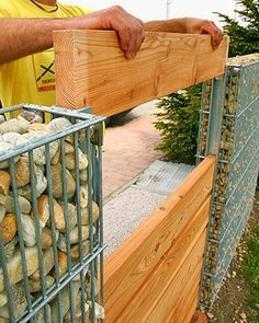 Забор из габионов и досок