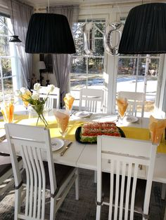 Yellow table setting birthday party Yellow Table, Birthday Parties, Table Settings, Dining Room, Party Ideas, Table Decorations, Kids, Furniture, Home Decor