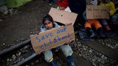 """Migranti, l'appello dei bimbi di Idomeni: """"Vorremmo vedere la Germania, aiutateci"""""""