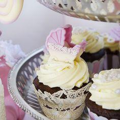 Aceste cupcake-uri cu carucior roz sigur nu vor trece neoservate la botezul celui mic. Unde mai pui ca sunt realizate din ingrediente 100% naturale? Pastel, Desserts, Food, Cake, Meal, Deserts, Essen, Hoods, Dessert