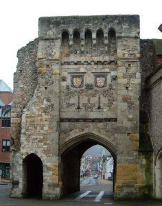 West Gate, Winchester, Hampshire. Генрих Блуаский. Сохранивш. часть епископского замка Вулвси в Винчестере.В послед.годы гражд.войны Генрих Блуаский оставался на стороне короля.Ему удалось значит.расширить св. владения и установить свой контроль над замками Винчестер, Мардон,Фарнем,Уолтем,Даунтаун и Таутон.Генрих был инициатором перестройски этих замков,а также реконструкции аббатства Гластонбери, Винчестерского собора, епископского дворца в Винчестере и Винчестерского дворца в Лондоне.