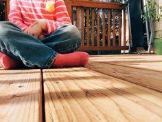 In de tuin kun je op verschillende manieren een terras maken, bv met hout, tegels, houtsnippers of gras. Een andere mogelijkheid is composiet planken