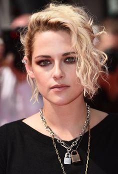 Des premiers rangs Chanel aux tapis rouges de Cannes, Kristen Stewart change radicalement de style mais un seul détail reste immuable, un jeu de colliers chaînes qu'elle porte comme un talisman à fleur de peau. Alors qu'elle montera les marches ce soir pour la première de 'Personal Shopper', zoom sur 6 colliers en acier trempé pour surfer sur ce revival punk bien dans l'air du temps.