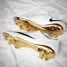 Unreal custom job from @footybootaddict. Who else agrees? #footyfeature . . #footydotcom #fcfc #footballboot #soccercleats #cleats #football #soccer #futbol #cleatstagram #totalsoccerofficial #fussball #bestoffootball #rldesignz #vamesuhype #custom #customised #whiteandgold #clean #design #aesthetics #golden #white #freshfootwear #soccergame #footballgame