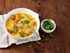 Pasta ja lihapullat sopivat myös koko perheen arkikeiton raaka-aineiksi. Keiton kruunaa maukas, juustoinen liemi.