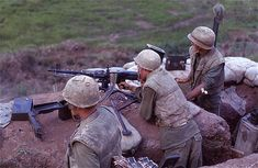A machinegun team with plt, Mike Co, at the Rockpile, Robert L. Drieslein Collection at the Archives Branch, Marine Corps History Division. Marine Corps History, Us Marine Corps, Military History, Vietnam History, Vietnam War Photos, Usmc, Marines, Airborne Army, Good Morning Vietnam