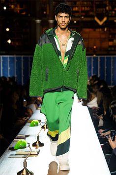 Rihanna, que já foi mandada de volta pra casa da escola por tentar quebrar as regras do uso do uniforme, traz esse espírito college-rebelde pra passarela da Fenty x Puma nesse outono-inverno 2017/18 apresentado na biblioteca Richelieu-Louvois.