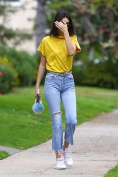 | Look Básico com toque de moda na calça! - T-Shirt + Calça Jeans Cintura Alta Cropped + Tênis |