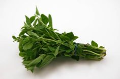 There is much more to oregano than a herb to sprinkle on pizza. According to stylist to the stars, Philip B, oregano is a brilliant natural hair detangler. Oregano Oil Benefits, Benefits Of Coconut Oil, Herbal Remedies, Home Remedies, Natural Remedies, Asthma Remedies, Health Remedies, Olives, How To Treat Flu