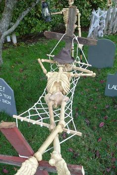 Over 19 Hilarious Skeleton Decorations For Your Yard on Halloween - The most Hilarious DIY Skeleton Yard Displays for Halloween Decoration – www. Halloween Prop, Disney Halloween, Halloween Yard Displays, Halloween Outside, Halloween School Treats, Halloween Graveyard, Outdoor Halloween, Halloween Crafts, Funny Halloween