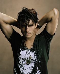 Orlando Bloom (Legolas LOTR) perfected the smoulder before Flyn Ryder (Eugene Fitzberg Tangled) ever did. Most Beautiful Man, Gorgeous Men, Gorgeous Movie, Pretty Men, Beautiful Body, Hello Gorgeous, Poses, Fangirl, Hommes Sexy