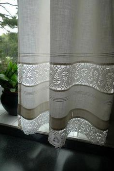 Spitzeneinsatz aus der Naehe When considering to master bedroom decor ideas, certain things get heart Diy Curtains, Curtains With Blinds, Kitchen Curtains, Cortinas Country, Country Style Curtains, Curtain Designs, Window Coverings, Home Decor Bedroom, Stores