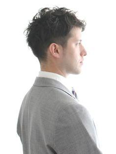 """いまやメンズヘアスタイルの定番と化した「ツーブロック」。ひとことにツーブロックヘアと言っても「サイドのみに少し刈り上げを入れて、上から髪をかぶせたようなさりげなくソフトなツーブロック」から、「サイドからバックまでガッツリ刈り上げ、トップを思い切り長く残したハードなポンパドールツーブロック」まで、様々な種類に細分化されている。今回は8つのカテゴリーにツーブロックヘアを分類し、定番から最旬ヘアスタイルまでピックアップ! ①ビジネスツーブロック 「好感度を高める引き算が重要!」 業種にもよるが、ビジネスシーンにおいては極端なツーブロックヘアは職場や取引先で浮いてしまうだけではく""""顰蹙(ヒンシュク)""""を買う可能性さえある。サイドからバックまで刈り上げてトップと前髪を思い切り長く残すようなヘアスタイルはNGなことが多いのでは?そこで「刈り上げはサイドのみにする」「トップとサイドも短めにカットして長短の差を抑える」「サイドに髪をかぶせてスタイリングして刈り上げ部分を強調しない」などいかに控えめな要素を入れて好感度を上げるかがポイントだ。 ビジネスショートツーブロックスタ..."""