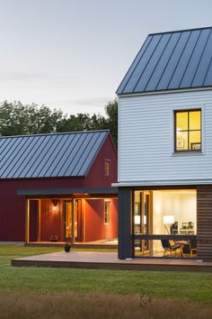 Modern barn house - Hayfield House Features Traditional Forms and Modern Interior Design – Modern barn house Roof Design, House Design, Cabin Interior Design, Modern Barn House, Passive House, Cabin Interiors, Traditional Interior, Farmhouse Interior, Prefab Homes