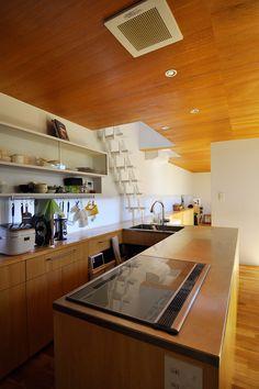 内側の玄関を入って左側にあるキッチンコーナー。