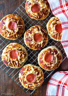 Tästä sämpylöiden ja pizzan risteytyksestä on tullut meidän uusi suosikki. Pizzasämpylöihin tarttuvat niin aikuiset kuin lapsetkin!