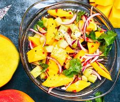 En mangosalsa med de klassiska smaksättarna lime, koriander, chili och lök. Enkla, rena smaker och oslagbart gott. Fredagsmys, grillkväll, stekt fisk, kyckling? Mangosalsan är alltid ett säkert kort och med ingredienser som gör gott i kroppen.