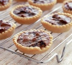 Paul Hollywood prefers melt-in-the-mouth pastry for his fruity mince pies, so this recipe is nice and short, from BBC Good Food. Tart Recipes, Dessert Recipes, Desserts, Pudding Recipes, Canadian Butter Tarts, Chocolate Macaroons, Canadian Food, Canadian Cuisine, Canadian Recipes