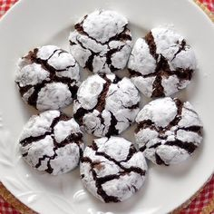 O Biscoitinho de Chocolate com Açúcar de Confeiteiro é fácil de fazer, fica lindo e saboroso e você pode fazer para a família ou para vender em pacotinhos.