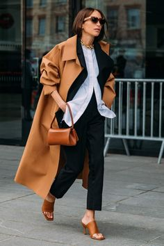 8 Days of Paris Fashion Week Street Style Means the Outfit Ideas Are Endless Look Street Style, Street Style Looks, Street Chic, Street Style Women, Autumn Street Style, Street Style Trends, Chic Street Styles, Parisian Street Style, Classy Street Style