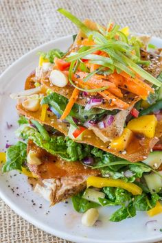 Cheesecake Factory Luau Salad (Copycat) - Dinner, then Dessert Cheesecake Factory Luau Salad with an Asian Balsamic Vinaigrette, crunchy wonton sheets, vegetables and macadamia nuts, this recipe is a perfect copycat! Easy Soup Recipes, Salad Recipes, Chicken Recipes, Dinner Recipes, Cooking Recipes, Healthy Recipes, Healthy Salads, Dinner Ideas, Cheese Cake Factory